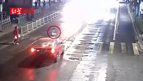 入魔了!浙江一男子过马路看手机 被撞倒后起身继续看手机