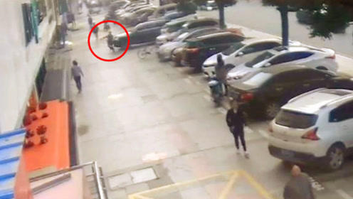 油门当刹车!湖北一女子驾奥迪撞人车跃4级台阶冲入商铺