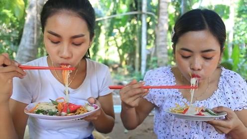 姐妹俩制作美味蔬菜沙拉,过程太复杂