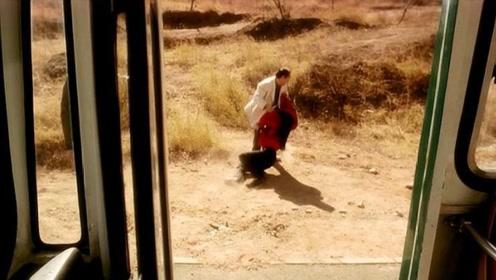大巴车女司机被歹徒拦路侮辱,乘客冷漠旁观,她以死报复冷漠人