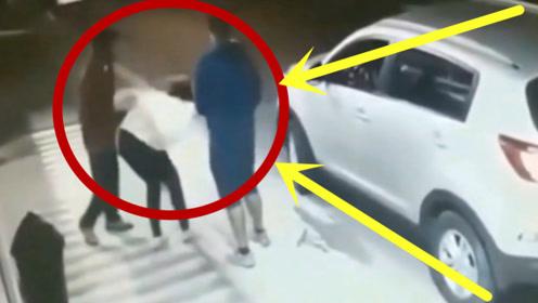 美女被抢劫后,发现男子想拉自己上车,下一秒的反应厉害了!