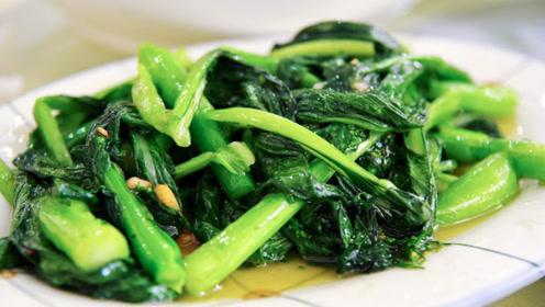 炒青菜直接下锅就错了,学会这个小技巧,翠绿可口,不发黑