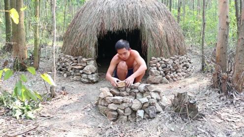小伙野外生存,钻木取火搭建庇护所寻找食物,每一样都值得学习