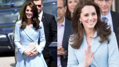 凯特时尚能力满分!褶皱蓝裙配内扣披肩长发,清新又减龄