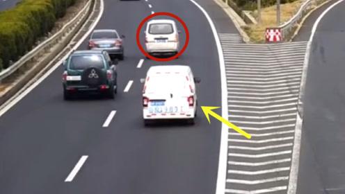 高速路口引发出车祸逃跑,作死面包车!要不是监控这一切谁信