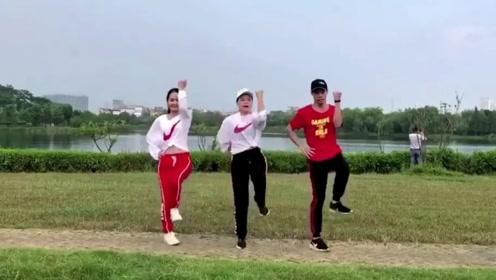 动感鬼步舞《谁》时下最流行的健身舞,三人就能跳