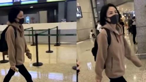 王菲现身机场,穿毛绒外套配黑裤,50岁穿成高中生的样子