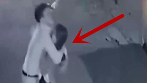 深夜情侣停在路边,男子随后的举动将女孩吓坏了,被监控全程拍下!