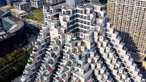 """中国""""金字塔""""大楼火了,邻居串门不用走楼梯,游客慕名前去参观"""