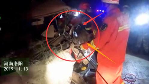 救援现场!两车相撞一人被困 消防迅速营救