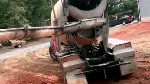 果然是高手在民间,泥罐车师傅漂移出泥地,车技真牛啊!