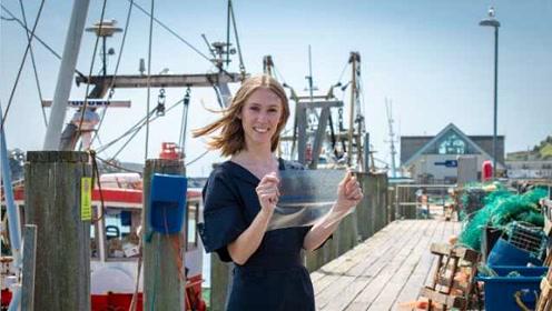 24岁女生发明用鱼废弃物做的生物塑料,获设计大奖