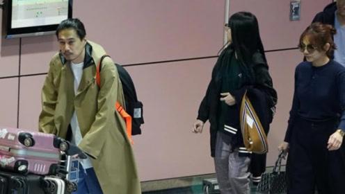 Ella携丈夫走机场,扎丸子头清爽减龄,190cm丈夫穿风衣有超模范