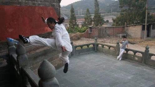 外国小哥挑战中国功夫,武当传人三步上墙,教小哥做人!