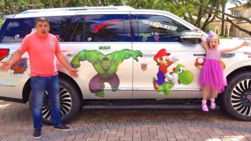 将爸爸的新车贴满纸贴,父女俩还很是开心