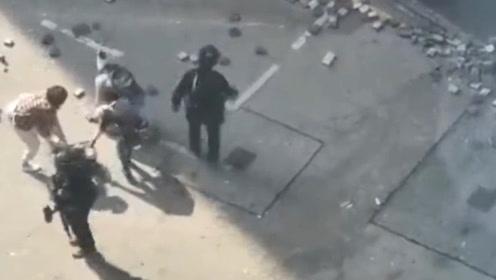 无法无天!香港暴徒不务正业 大白天到处扔砖头 还拆掉电话亭挡路