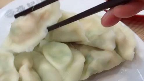 点了一份虾仁水饺,随意扒拉开一个……妥妥的良心店家!