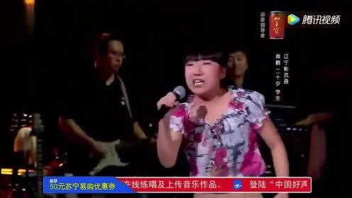 一唱歌曲就拖鞋!女孩光脚唱出这首英文歌的气势!厉害