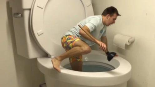 国外小伙收藏世界最大马桶,不是用来上厕所,跳进去才知内里乾坤!
