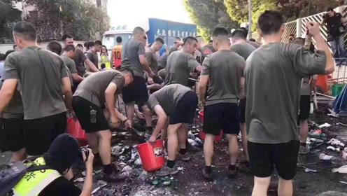 视频来了!驻港部队着便装帮助市民清理路障