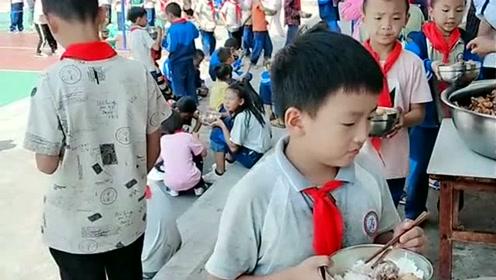 小朋友来排队吃饭了,不争不抢主动排队,小孩比大人都懂规矩!