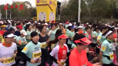 """开跑啦!武汉女子马拉松比赛鸣枪,6000名""""小薄荷""""冲出赛道"""