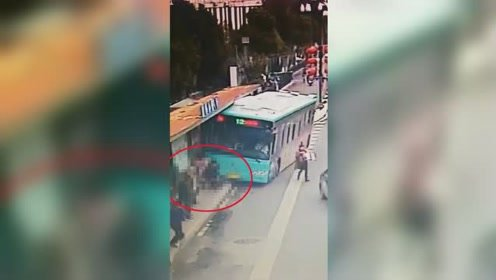 盐城一公交车失控冲上站台撞等车人群 多人被卷入车底现场惨烈