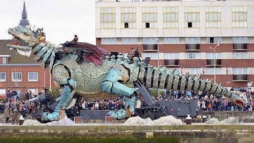 震撼!法国25米机械巨龙亮相街头,还能喷火