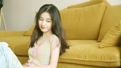 郑合惠子哪像25岁,穿七彩针织衫配牛仔裤,撞衫关晓彤也稳赢
