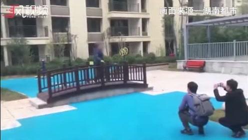 """长沙小区奇特人工湖成网红 塑胶地面刷蓝色成""""湖"""""""