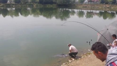 水库苦战半天,收获一条罕见的大鱼,引来一堆人围观