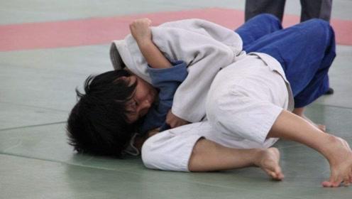 儿童搏击比赛,小男孩用十字固KO对手,裁判把他抱起来才松开!
