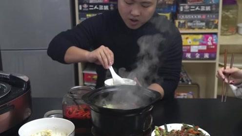 小伙办公室为女同事做饭,那么好吃的猪肝,她们竟然嫌弃