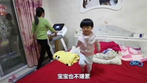 妈妈在跑步健身,宝宝在床上跳舞,爸爸只能扶着她的安全!