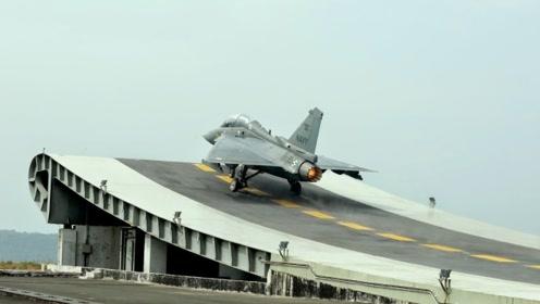 印度举国欢庆,国产舰载机完成夜间着陆,这次没有摔飞机
