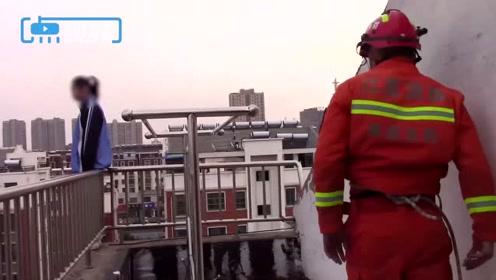 女孩跳楼轻生 消防员一把抱回