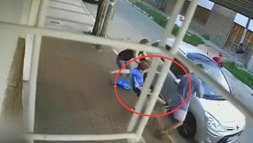 监控曝光!8岁男孩勇斗劫匪保护妈妈 被推倒后立刻爬起狠踹歹徒