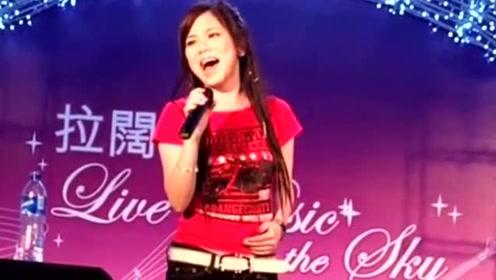 邓紫棋17岁时选秀视频,一首《睡公主》征服评委,果然是实力歌手!