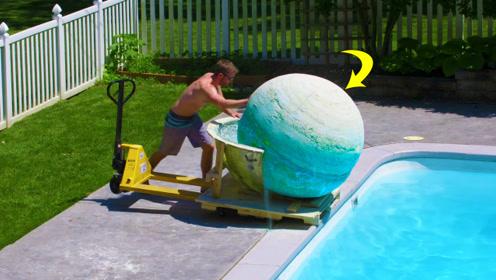重达1800斤,世界上最大的沐浴炸弹推进游泳池,画面太有冲击力!