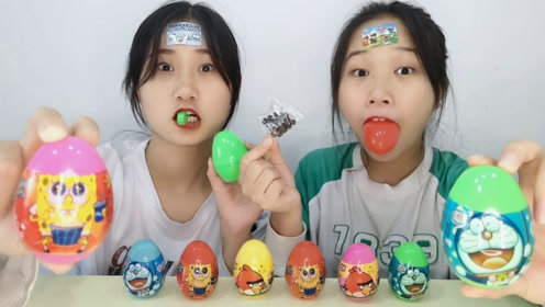 """俩女孩试吃""""奇趣蛋"""",吹哨贴纸巧克力,边吃边玩超开心"""