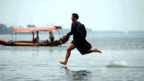 外国小哥可以在水面上行走?看到他脚下时,网友:你瞅瞅你仔细瞅
