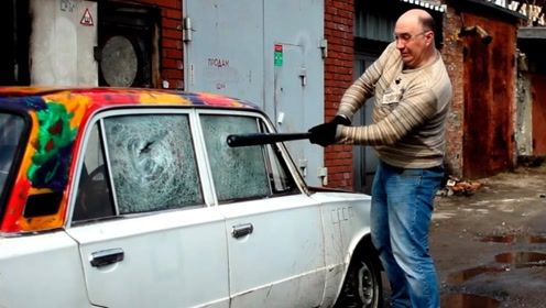 老外用球棒测试汽车玻璃,一棒下去会怎样?网友:有钱任性!