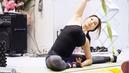美女柔韧性太好,做瑜伽老师尽职尽责,颜值惊艳