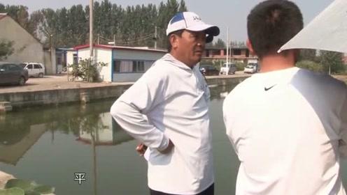 来到黑坑后老师傅并不着急作钓,而是先观察鱼情