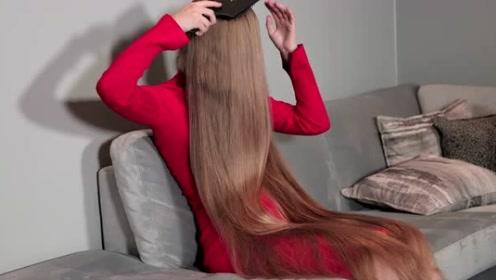 小姐姐长得漂亮,还有一头美丽的长发,披着很有气质