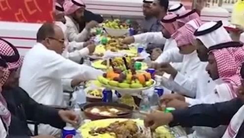 迪拜土豪们的聚餐,看到人家桌上摆的食物,真的是让我开眼了!