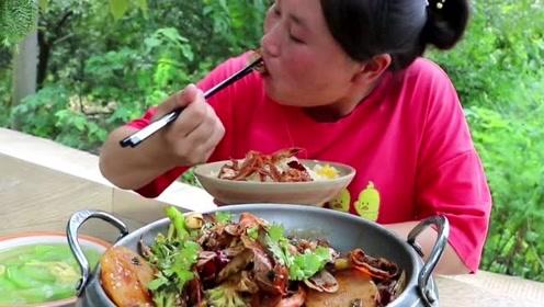 胖妹吃山货吃腻了,换换海味尝尝鲜,40块钱做了干锅小虾,味道很馋人