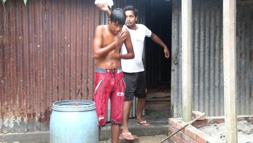 小伙在室外洗澡,却被男子用洗发水恶搞,小伙:这日子没法过了