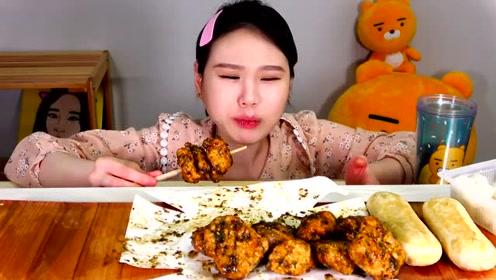 品尝美食:吃美味香辣油炸豆腐块