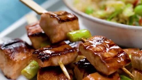 三文鱼烤串配糙米饭,健康的午餐便当你值得拥有~